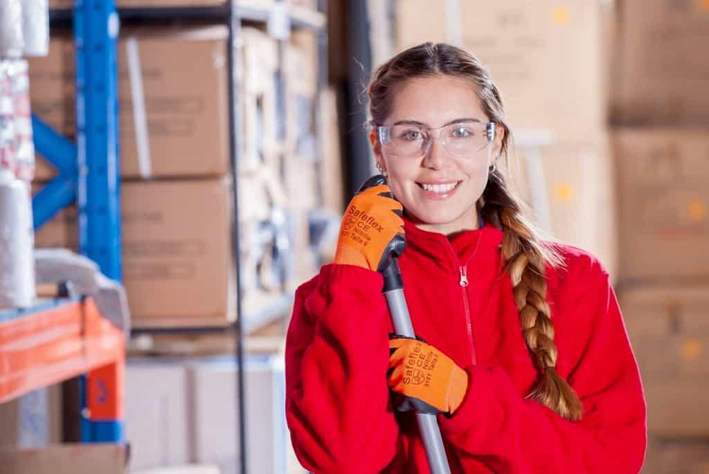 倉庫の中で働く女性