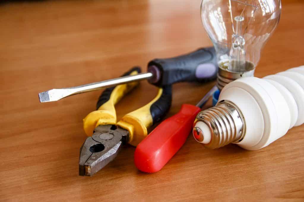 電気工事に必要な道具と電球