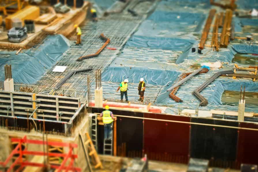 屋上で作業をする建設現場