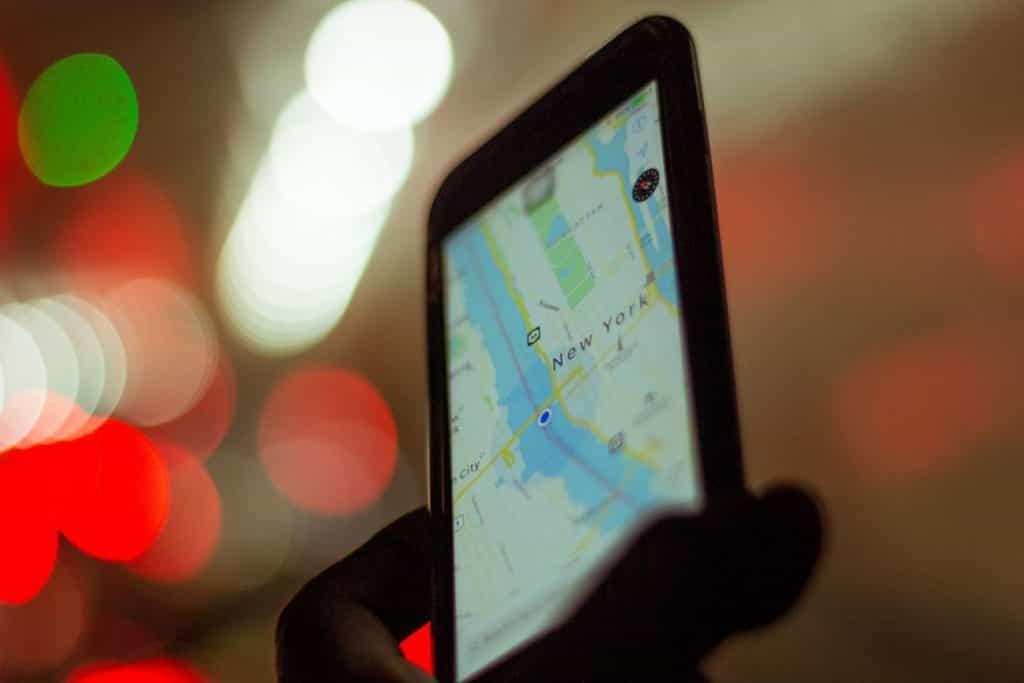 地図アプリをスマートホンで確認している状況