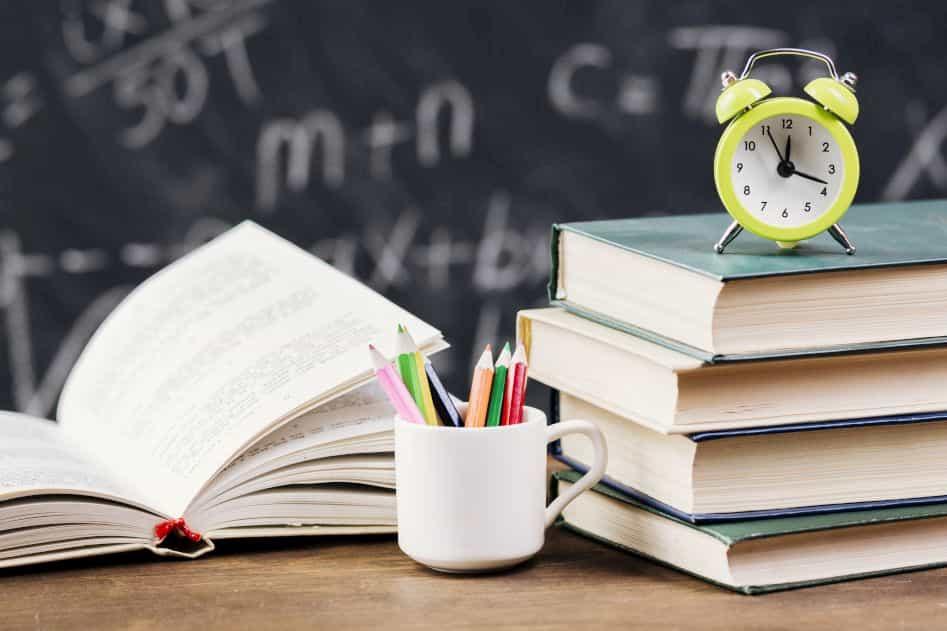本と鉛筆と時計