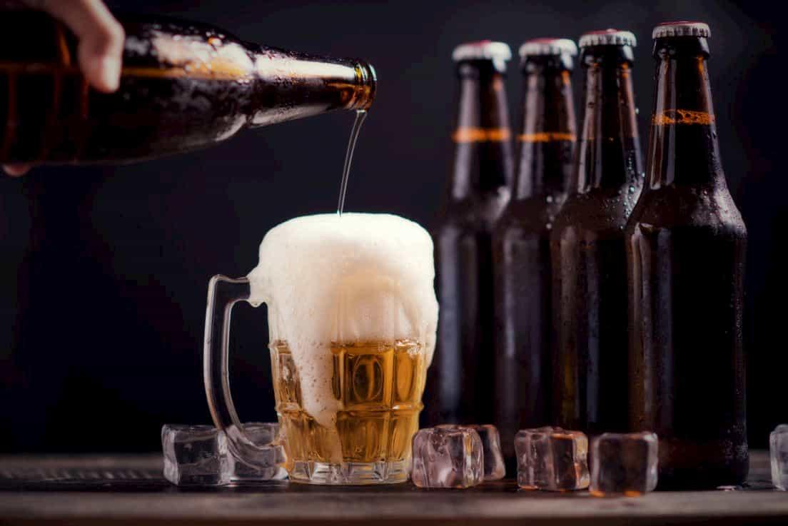 ビールをジョッキに注ぐシーン