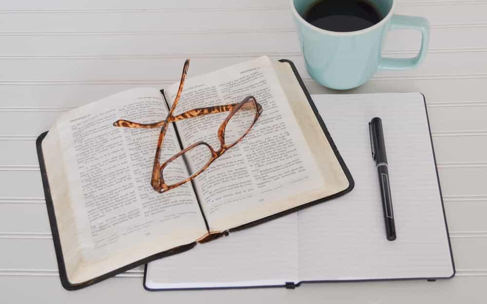 本と眼鏡を机の上に置いている状況