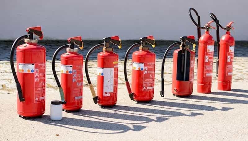 たくさん並んだ消火器