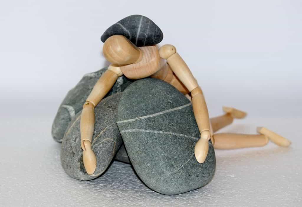 石で押しつぶされている人形