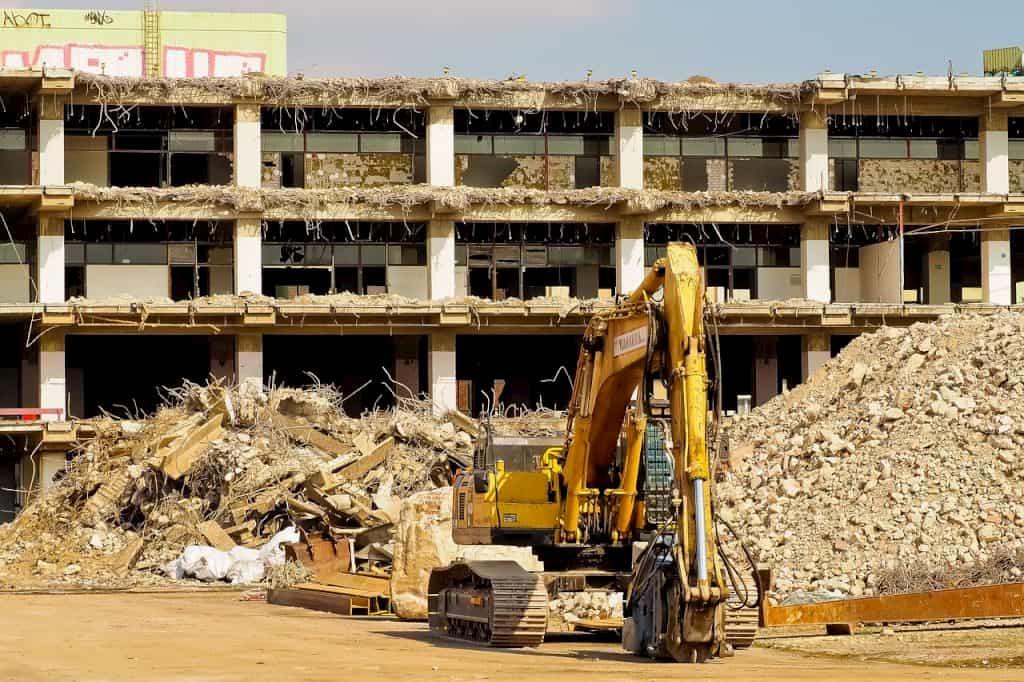 建物を建設機械で解体している状況