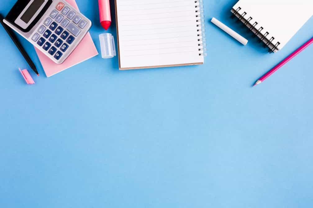 電卓とノートと鉛筆