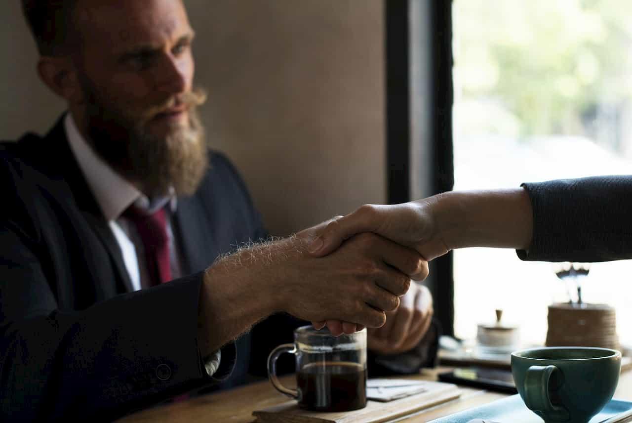握手で契約をする紳士