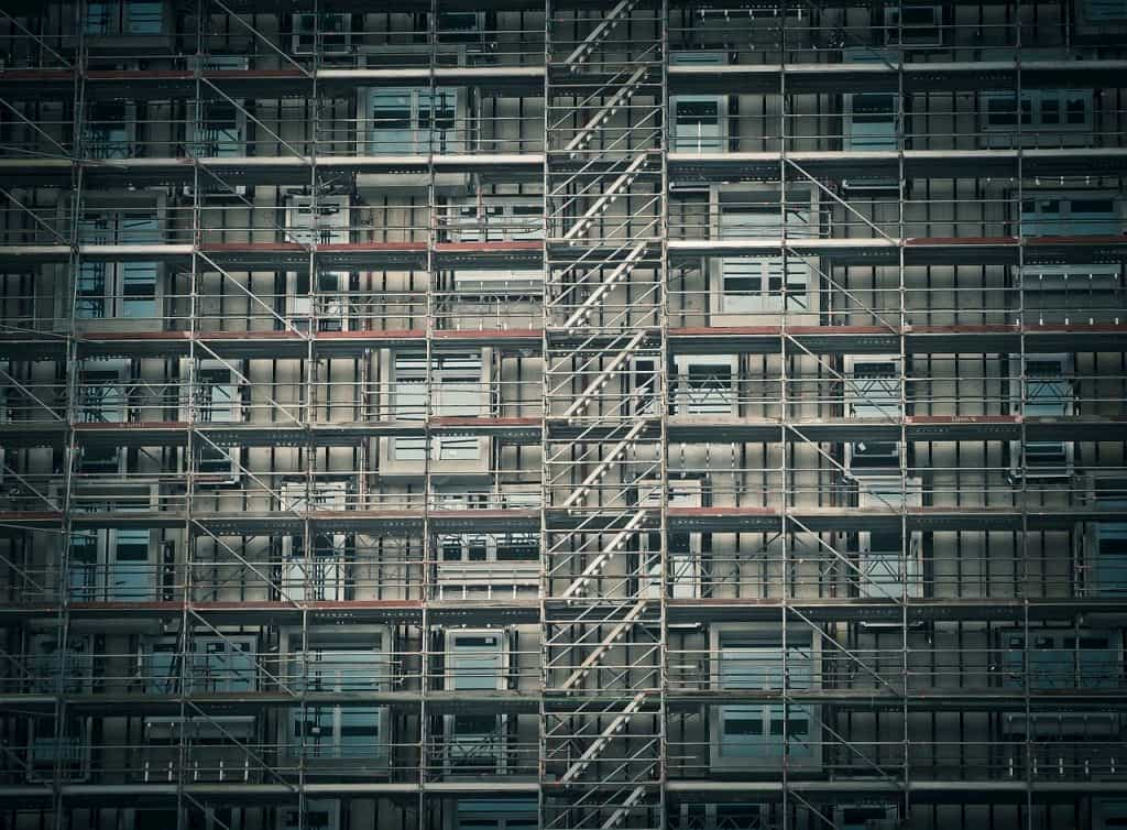 足場で囲まれた建物
