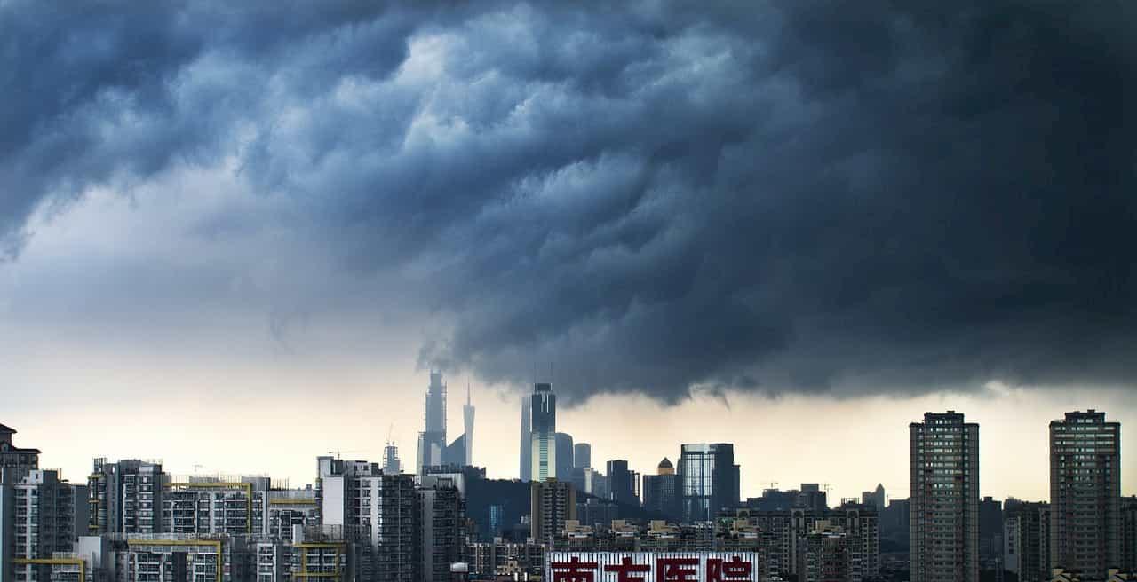 都市に襲いかかる竜巻