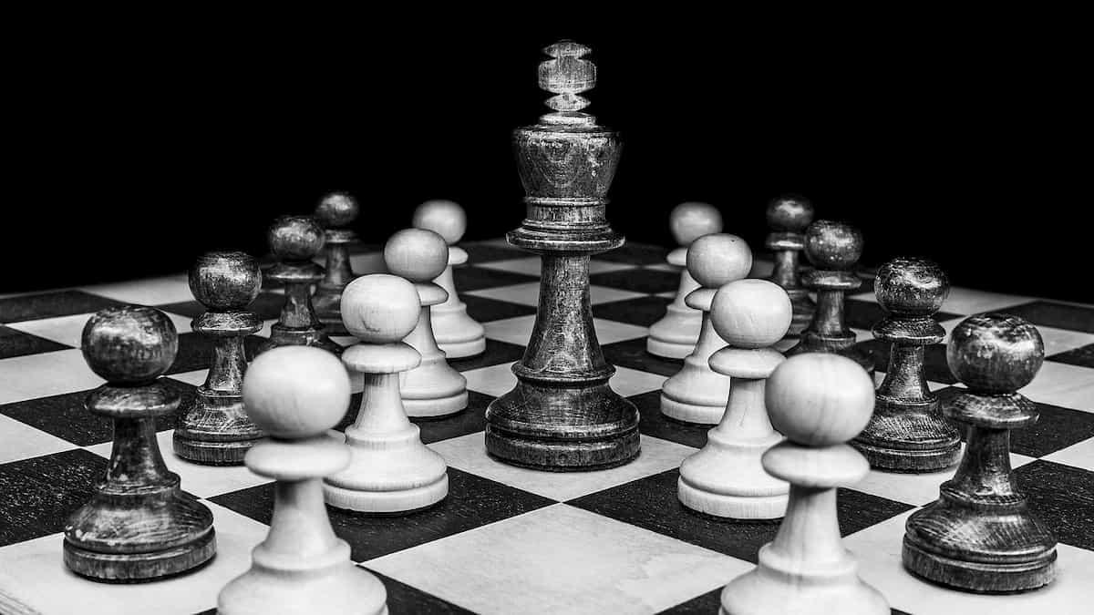 キングにひれ伏すチェス駒