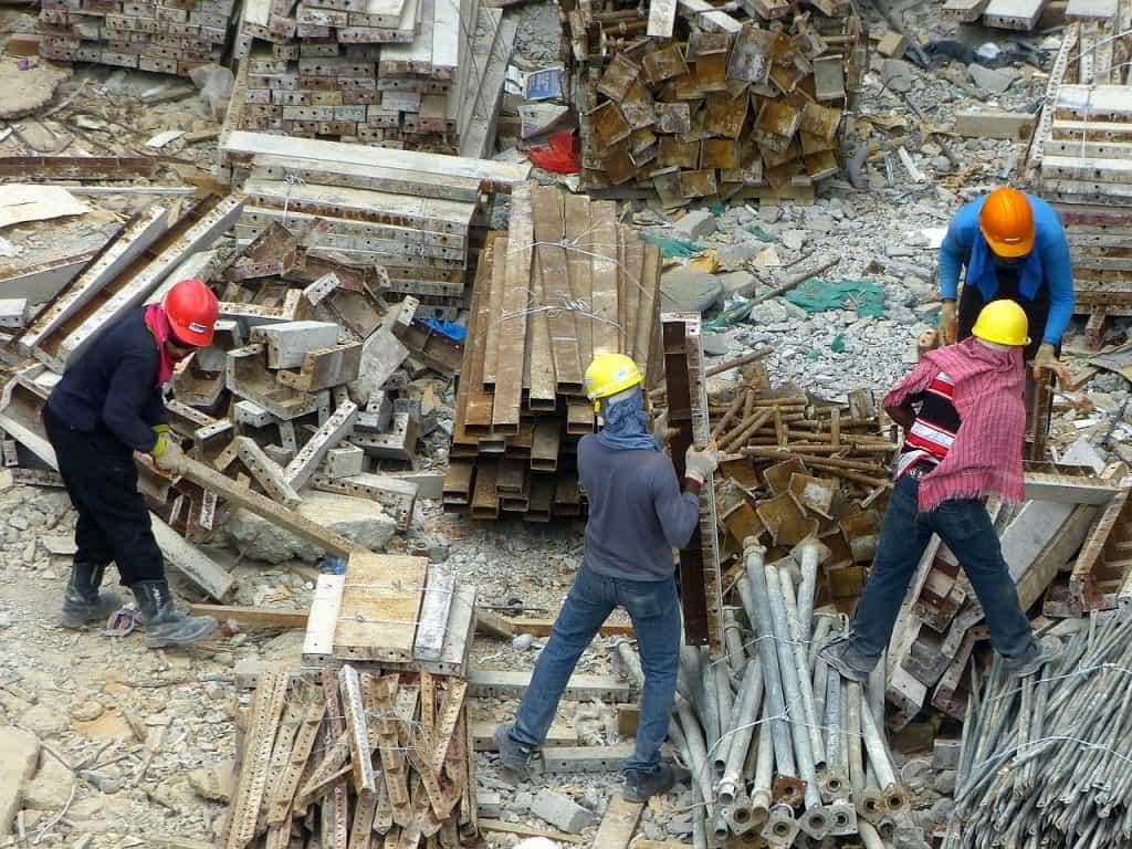 工事現場で働く人たち
