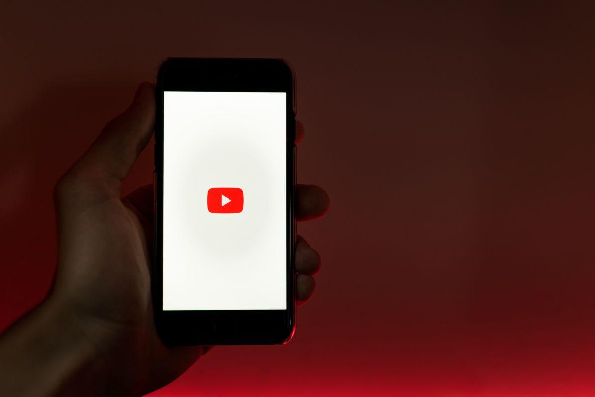 スマートフォンでYouTubeを再生する人の手