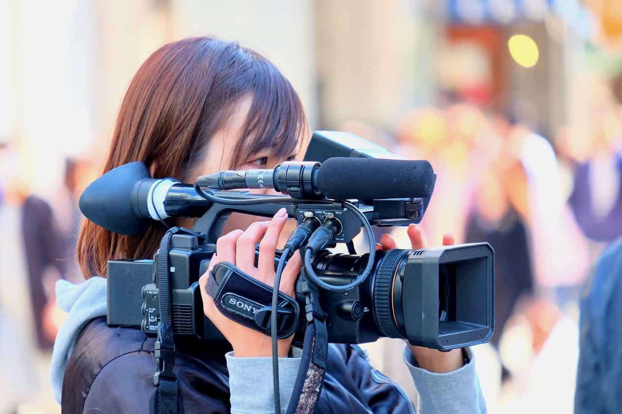 ビデオカメラを持つ女性