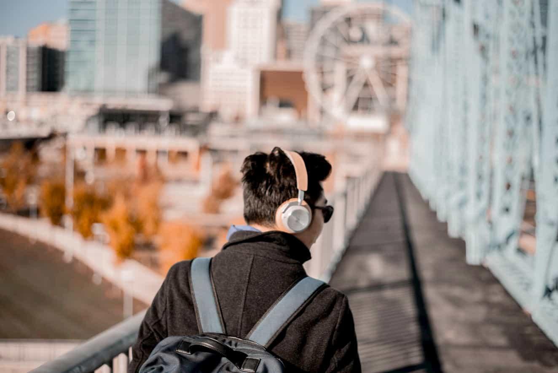 ヘッドフォンをしながら歩く男