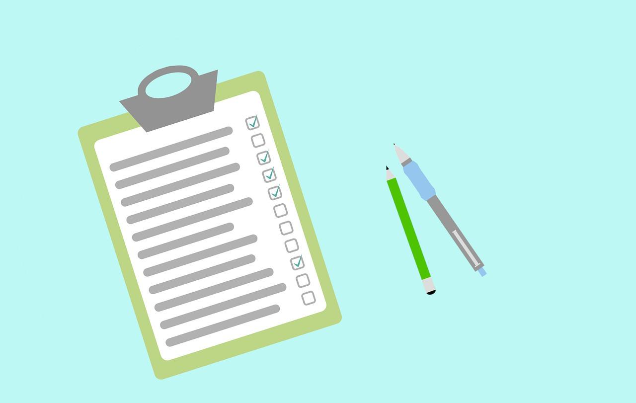 チェックリストと鉛筆とペン