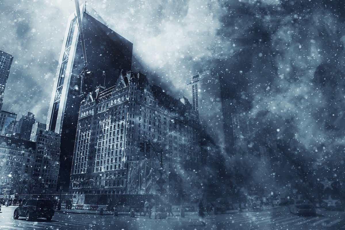 吹雪いている街