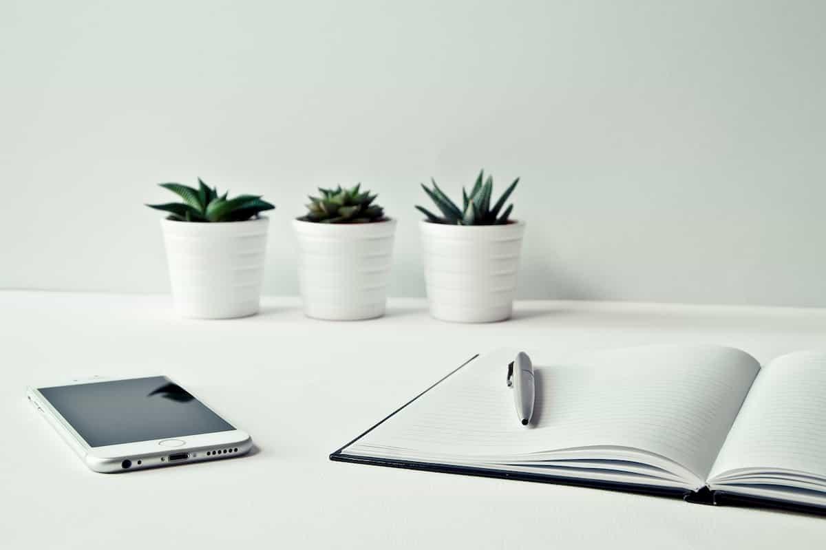 植木鉢とノートとペン
