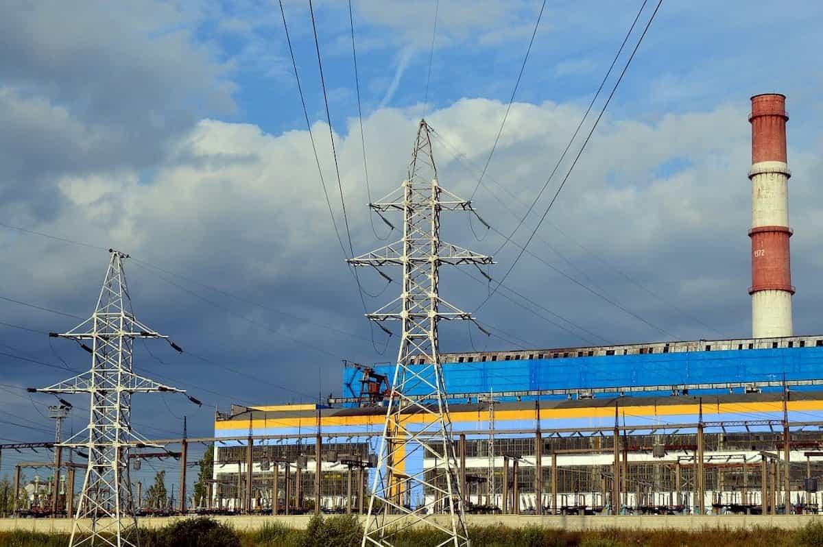 送電鉄塔と変電所