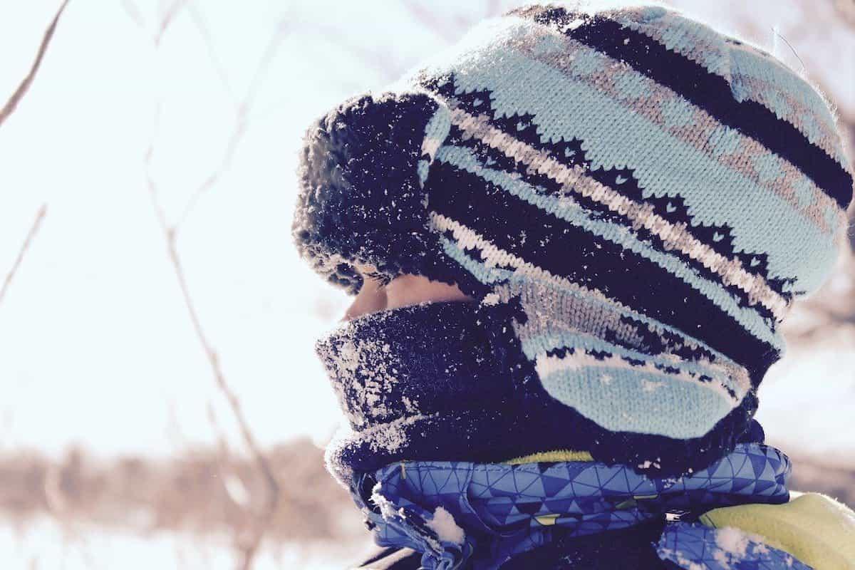 防寒対策で着込んだ少年