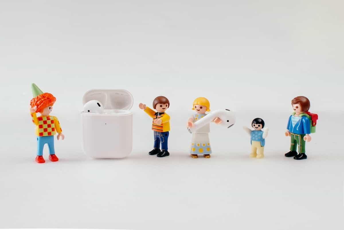airpodsを運ぶ人形