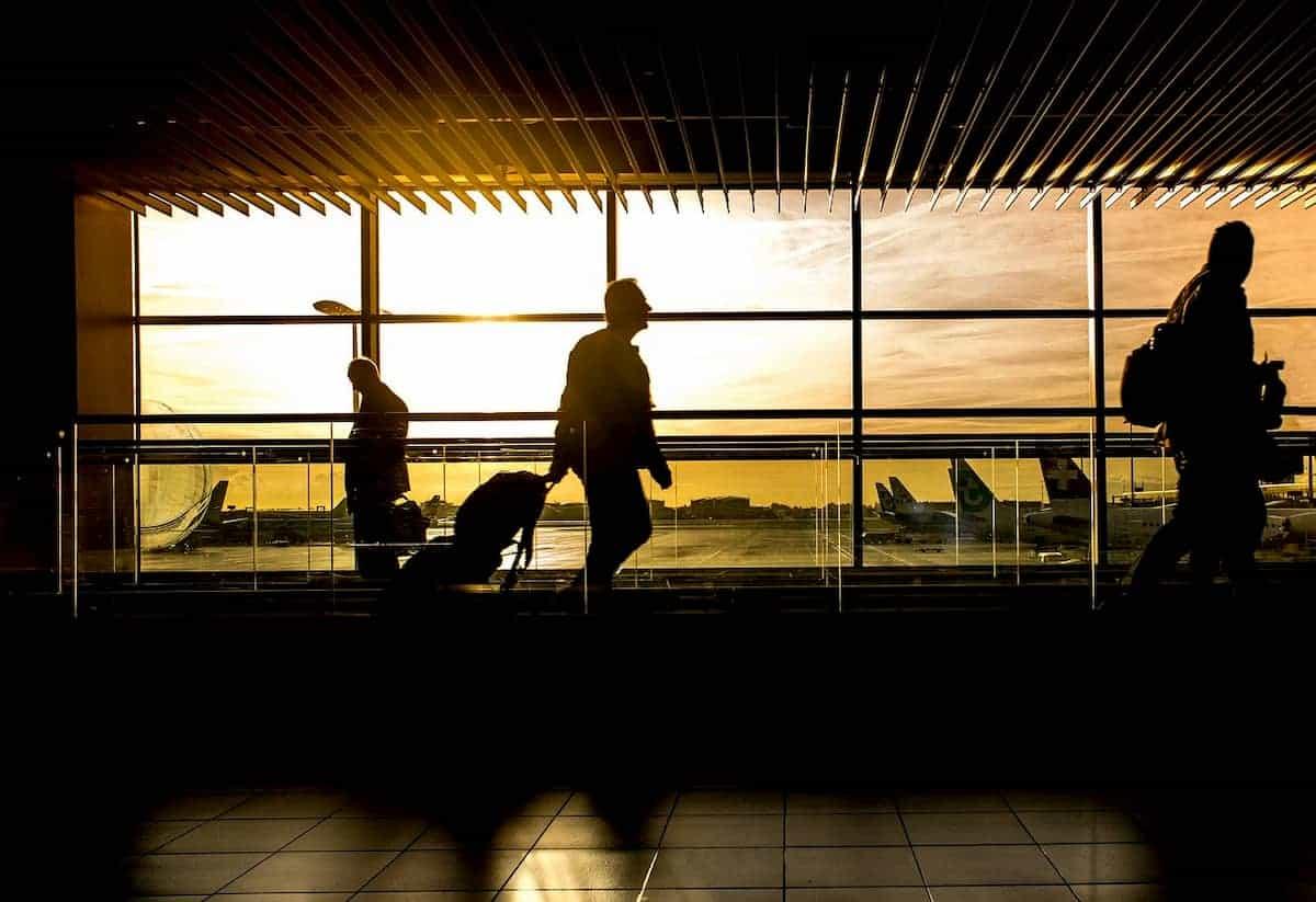 スーツケースを持って歩く男