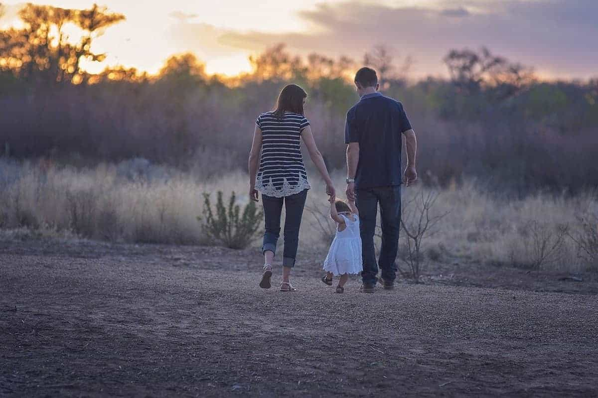家族で手を繋いで歩いている