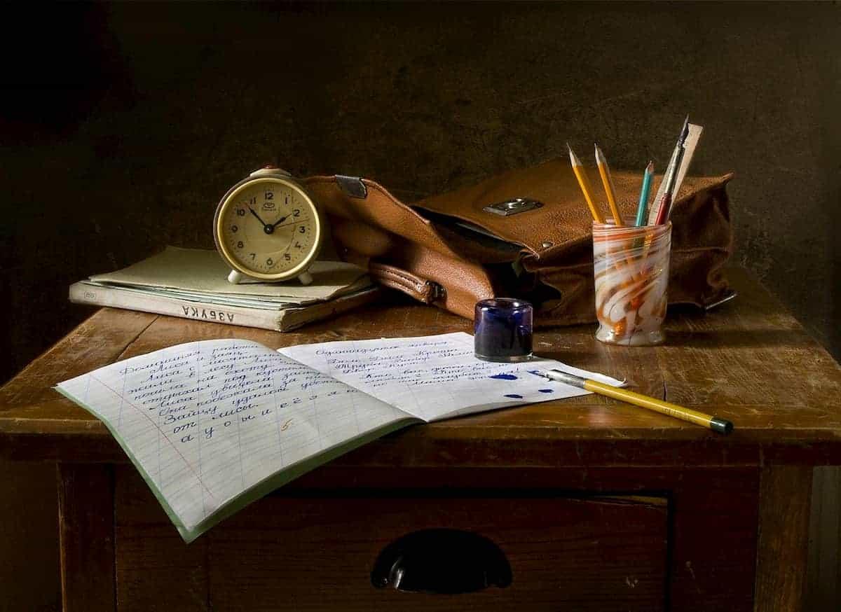 ノートやペンを広げている勉強机