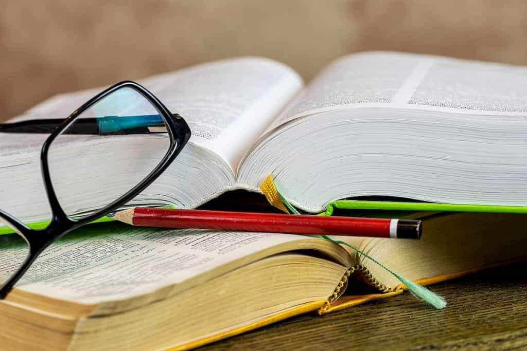 本と鉛筆とメガネ