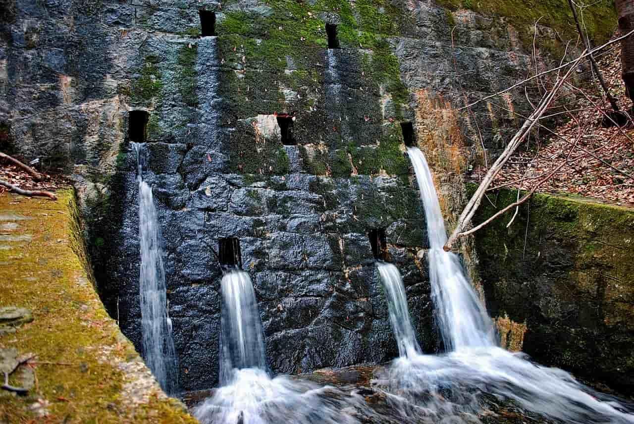 暗渠から川へ水が流れている状況