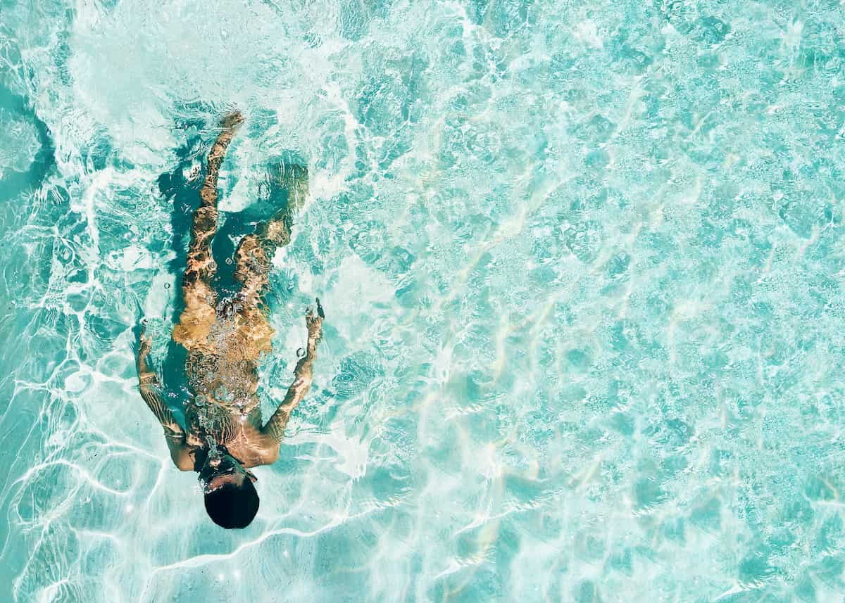 海で泳ぐ女性
