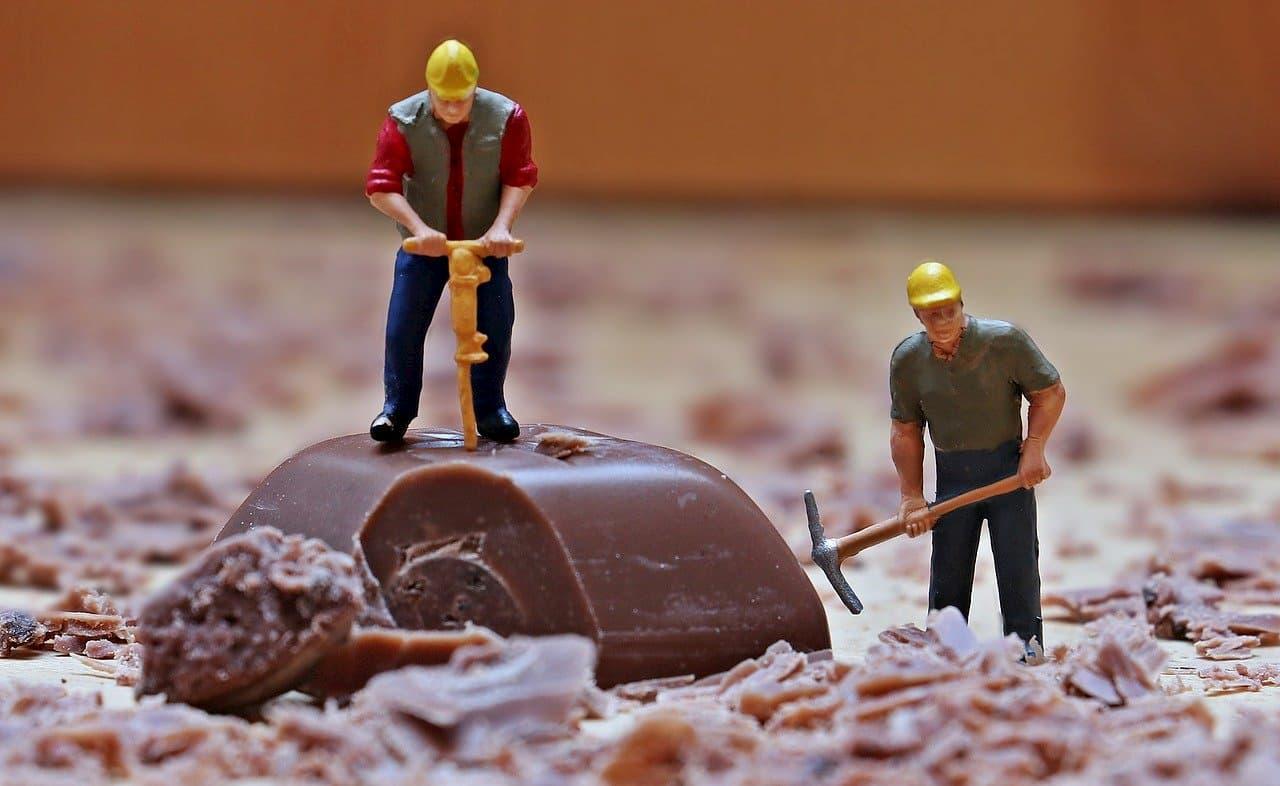 チョコレートの山を工事する人たち